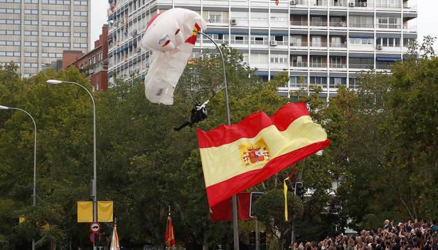 foto de El paracaidista que descendía con la bandera ha quedado colgado durante minutos de la farola