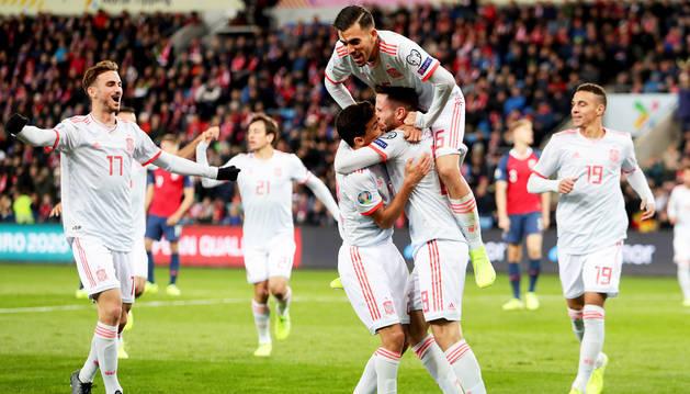 Los jugadores españoles celebran el tanto de Saúl Ñíguez contra Noruega.
