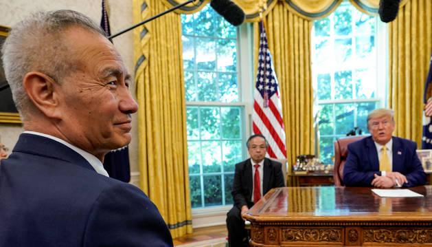 foto de El viceprimer ministro chino Liu He y Donald Trump en el despacho oval de la Casa Blanca