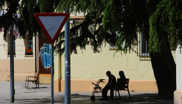 Foto de archivo de personas mayores en el barrio de La Milagrosa, de Pamplona.