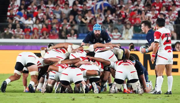 Los japoneses se preparan para defender una jugada en el encuentro contra Escocia.