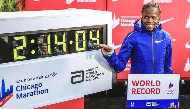 La keniana Brigid Kosgei señala el crono en el que dejó la distancia del maratón tras la prueba de Chicago.