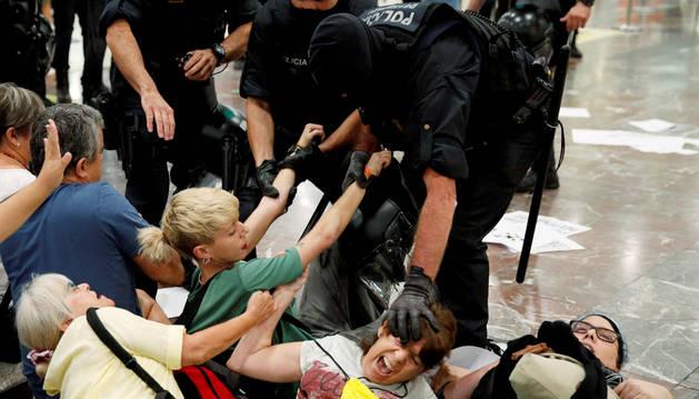 Los Mossos desalojan una protesta independentista en la estación de Sants