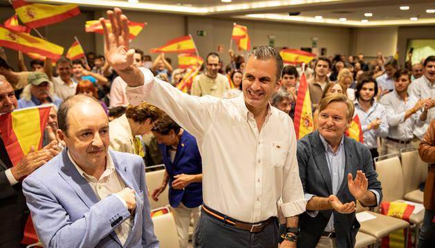 foto de Desde la izda.: Javier Horno, Javier Ortega Smith y Adolfo Alústiza, en el acto de Pamplona.