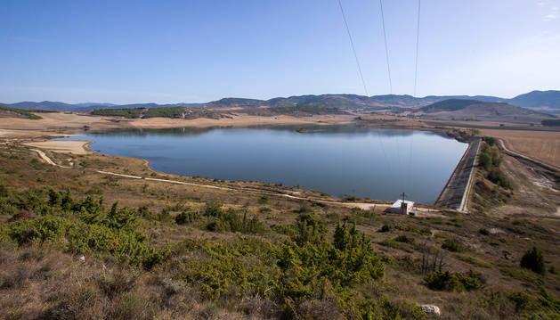 Foto de la balsa de Zolina. En primer término la zona de la lámina de agua donde se pretende instalar los paneles solares.