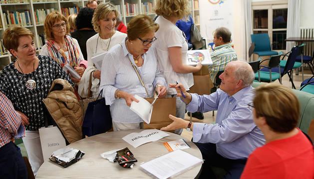 Emilio Garrido firma ejemplares de su libro en el encuentro del Club de Lectura de Diario de Navarra en Pamplona.