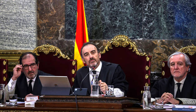 El presidente del tribunal y ponente de la sentencia, Manuel Marchena (c), junto a los magistrados, Andrés Martínez Arrieta (i) y Juan Ramón Berdugo (d), durante el juicio del