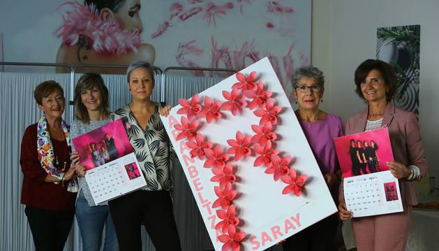 Foto de Maite Goikoetxea, Izaskun Echechipía, Yaki Hernández, Conchi Biurrun y Mª José Oraa junto al calendario que edita la entidad.