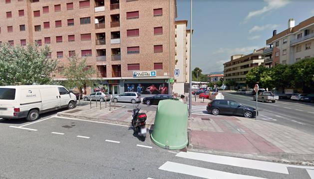 El local se encuentra en la esquina entre la calle Mercatondoa y la travesía Mercatondoa.