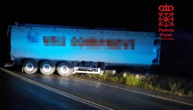 Herido leve tras salirse de la vía con su camión en Valtierra