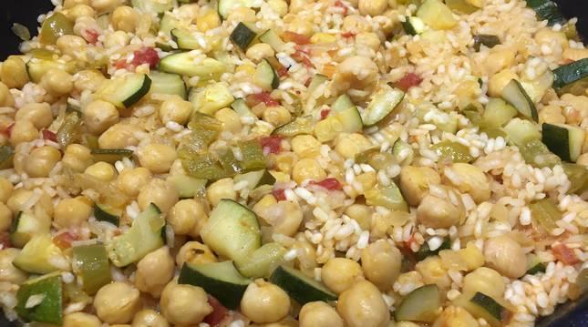 La opción perfecta si queremos tener un solo plato muy completo. Hidratos, legumbres con sus proteínas y verduras.