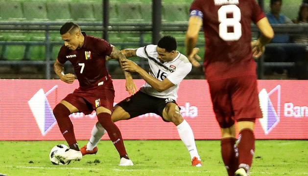 El venezolano Darwin Machís trata de regatear a Alvin Jones, de Trinidad y Tobago, en un amistoso con su selección.
