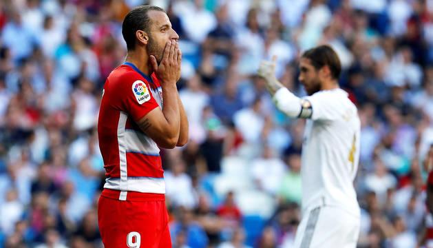 Roberto Soldado se lamenta ante Sergio Ramos por una ocasión fallada en el Santiago Bernabéu.