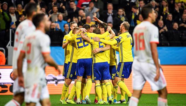 Los suecos celebran el tanto que ponía el marcador 1-0