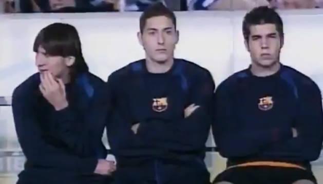 Leo Messi, Damià Abella y Rubén Martínez, sentados en el banquillo del Lluís Companys hace 15 años exactos. El argentino debutó en el minuto 84.
