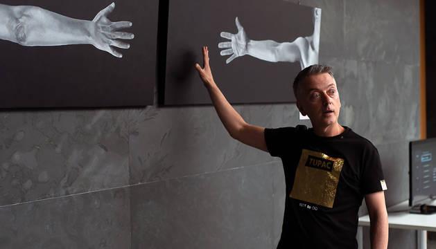 El artista Óscar Villoslada, junto a una de sus obras.