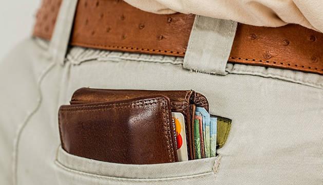Imagen de archivo de una cartera en el bolsillo trasero de un pantalón.
