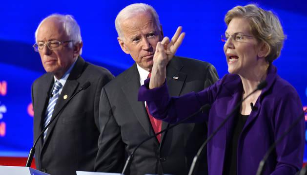 Bernie Sanders, Joe Biden y la senadora Elizabeth Warren, durante el debate.