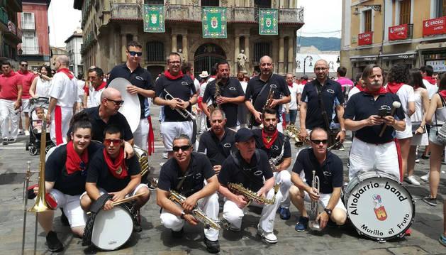 Foto de la charanga Altobarrio posa frente al ayuntamiento de Pamplona en Sanfermines.