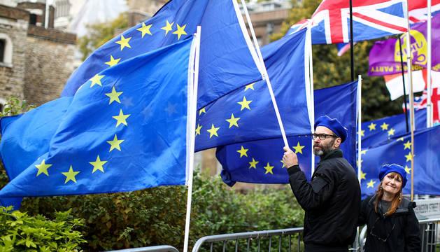 Manifestantes anti-Brexit, en el exterior del Parlamento británico, en Londres, este jueves.