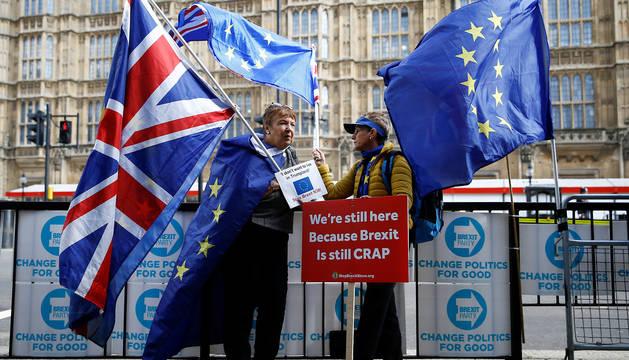 Manifestantes anti-Brexit, en el exterior del Parlamento británico, en Londres.