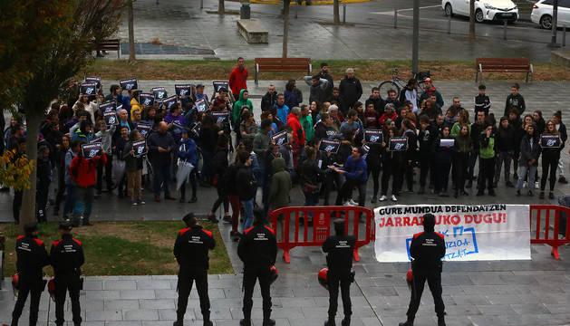 Concentración ante el Palacio de Justicia de Navarra en apoyo a los 22 investigados por la ocupación de Rozalejo.