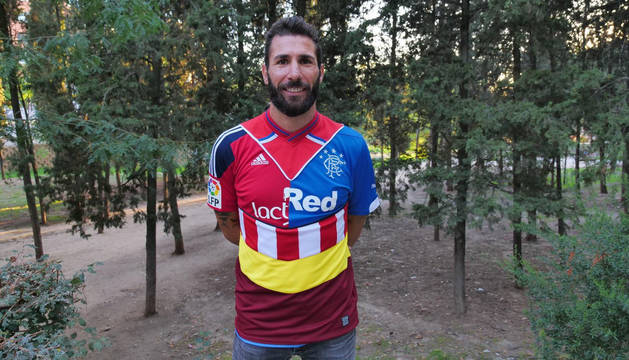 Carlos Cuéllar anuncia su retirada con una camiseta en la que recuerda a Osasuna