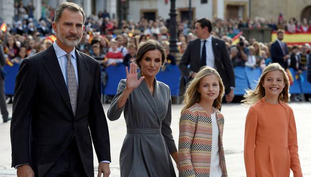Cientos de personas y el son de las gaitas reciben a la princesa en Oviedo