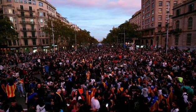 Manifestantes en el Paseo de Gracia, este jueves, en Barcelona.