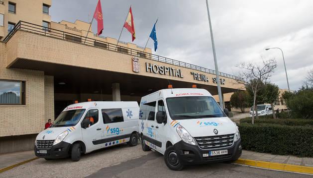 Dos ambulancias de SSG, en la entrada al Reina Sofía.
