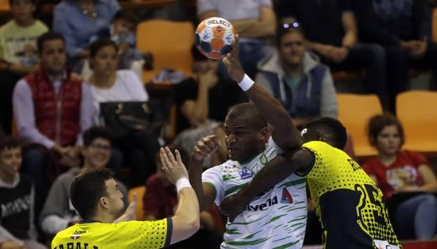 Mollino, lateral del Helvetia Anaitasuna, peleando frente a la defensa del Bidasoa en el último encuentro disputado en casa (28-28).