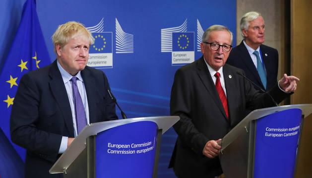 El presidente de la Comisión Europea, Jean-Claude Juncker y el primer ministro británico Boris Johnson en su encuentro después de acordar el acuerdo del brexit, en la cumbre de los líderes de la Unión Europea en Bruselas el pasado jueves.