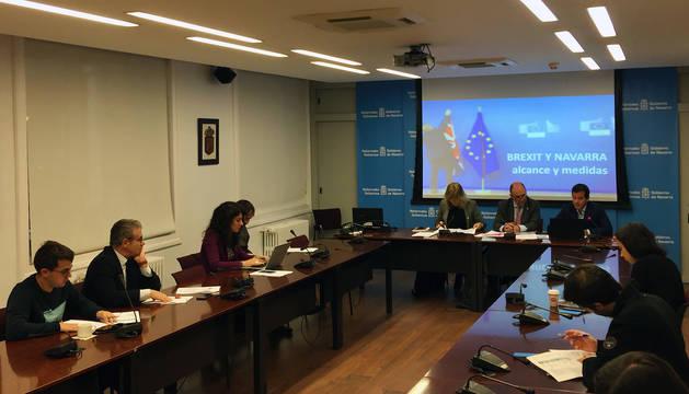 La consejera Ana Ollo, el consejero Manu Ayerdi, y el director de Acción Exterior, Mikel Irujo, en el desayuno informativo sobre el Brexit.