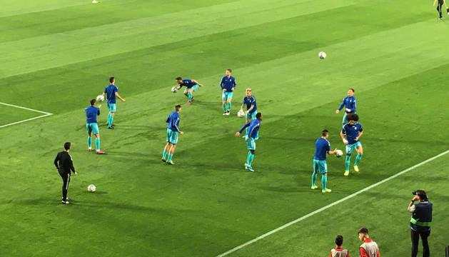 Los jugadores de Osasuna calientan minutos antes del comienzo del partido contra el Granada.