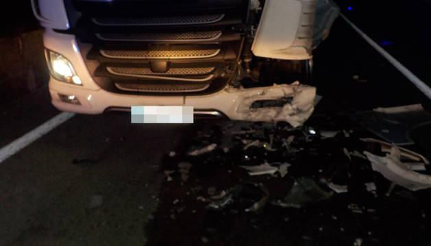 Herida leve tras chocar contra un camión en la N-121-A en Anue