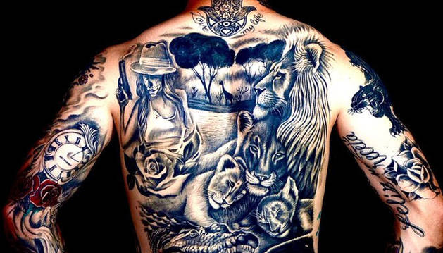 El Chimy Ávila exhibe sus tatuajes