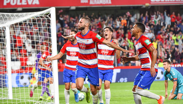 Los jugadores del Granada celebran el primer gol del partido.