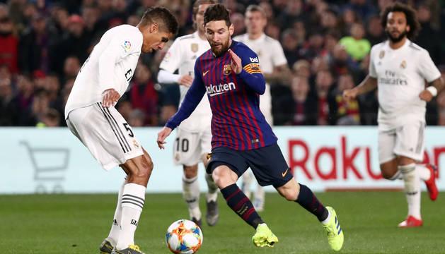 Messi y Varane, durante el partido de Copa del Rey FC Barcelona-Real Madrid en febrero de este año.