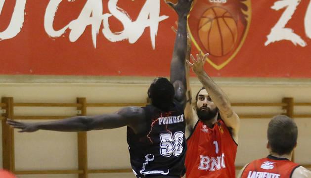 El alero José Jiménez lanza desde el perímetro ante la defensa de Puonda, del Círculo Gijón Baloncesto.