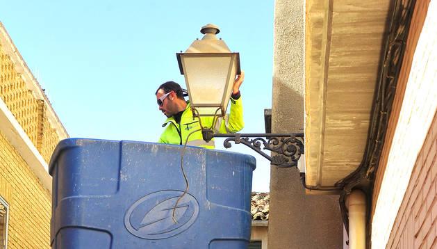 Foto de los operarios trabajando para cambiar las luminarias de Carcastillo por lámparas de tecnología led.