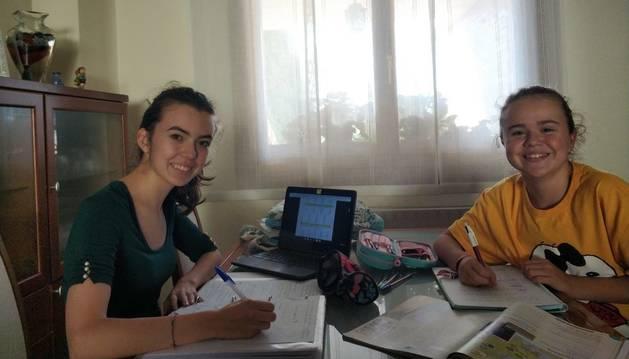 Helena Arellano (izda), de 17 años y alumna de 2º de Bachiller; y su hermana Marta, de 12 y en 1º de la ESO, estudian en el Sagrado Corazón.