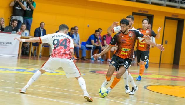 Lemine intenta irse del jugador de ElPozo Murcia Paradynski, en el partido que diputaron el pasado mes en la 'Caldera'.