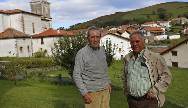 Foto de Martín Urrutia y Jacinto Domínguez con Saldias detrás. El primero nació en el pueblo, vivió 50 años en Madrid y regresó al jubilarse. El segundo emigró a Guipúzcoa desde las Hurdes, en Cáceres, y justo hoy hace 40 años que se instaló en Saldias, de donde es su mujer.