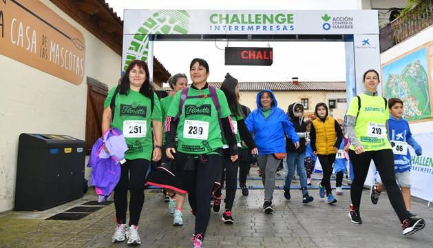 Corredoras de las empresas participantes en el Challenge Interempresas 2019, en la salida de la carrera.