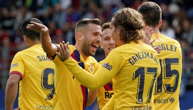 Jordi Alba felicita a Griezmann tras anotar el primer gol ante el Eibar.