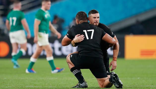 Dos jugadores de Nueva Zelanda celebran la victoria.
