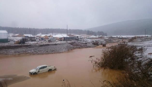 Una de las balsas provocadas tras la rotura del dique en la región siberiana de Krasnoyarsk.