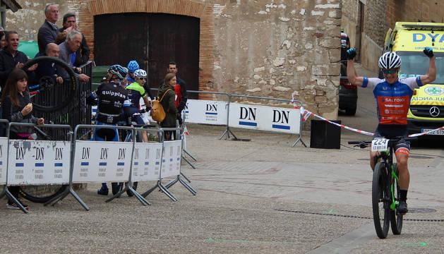 Mikel Merino cruzando la línea de meta de Luquin, celebrando su triunfo.
