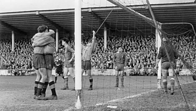 Foto tras el gol de Teré, en el último partido de la temporada 57-58.