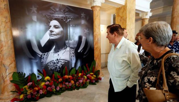 """Pedro Simón (2-d), viudo de Alicia Alonso, observa una de las imágenes expuestas en el Gran Teatro """"Alicia Alonso"""", este sábado en La Habana (Cuba)."""